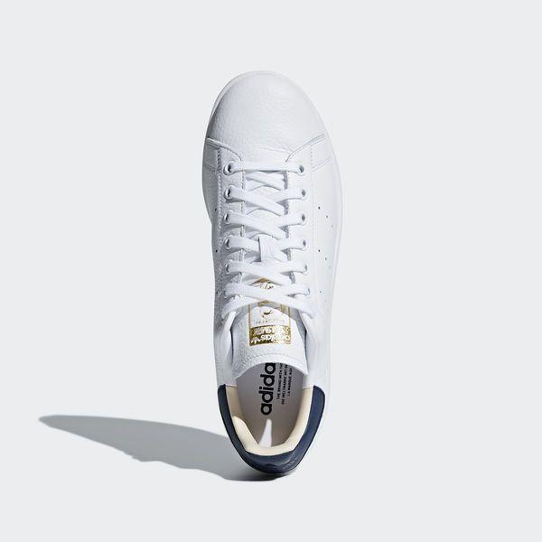 Skorna, som blev ikoniska redan på 1970-talet, är uppkallade efter Stan Smith, en av världens främsta tennisspelare, och de är en riktig klassiker i garderoben. Dessa Stan Smith fångar essensen i stilen hos originalet, nedifrån och upp. De har samma skickliga läderutförande, koppsula med låg profil och stilrena detaljer som alltid präglat märket. Perforerade 3-Stripes och loggor på plös och hälflik visar upp adidas stolta stil på ett diskret sätt.