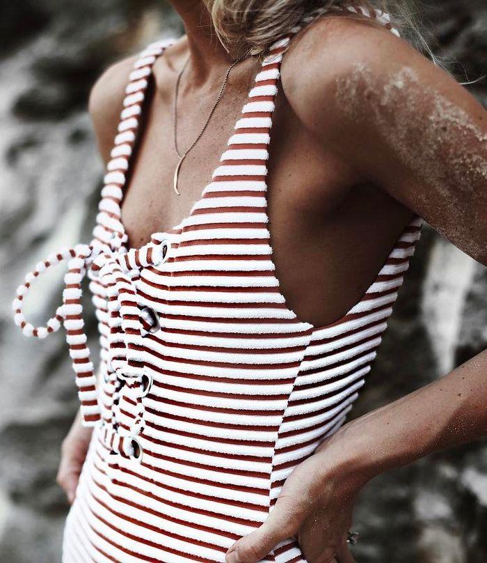 Rayures + laçage = le bon mix (maillot de bain Mara Hoffman - photo Happily Grey)