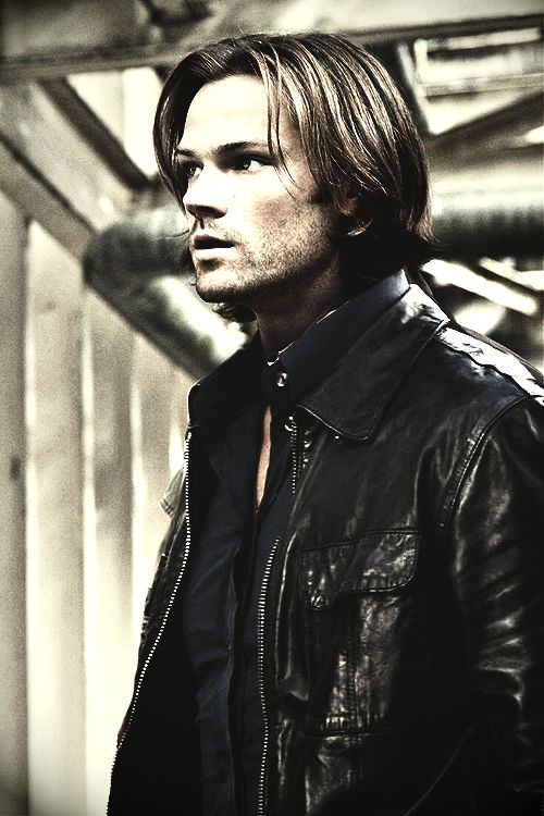 Sam + leather jacket = Oh yeah, that's why I had a crush on him... (pretty sure they airbrushed his forehead though)