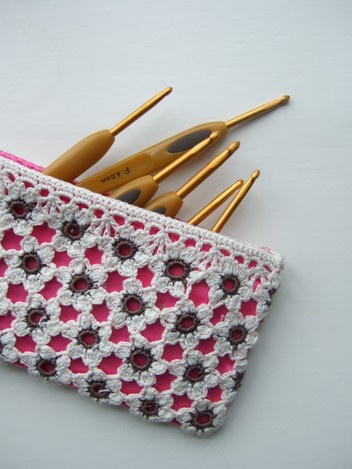 tiny flower pouchGood Ideas, Crochet Projects, Crochet Bags, Crochet Hats Shoes Bags, Hooks Pouch, Crochet Hooks, Tiny Flower, Bags, Flower Pouch