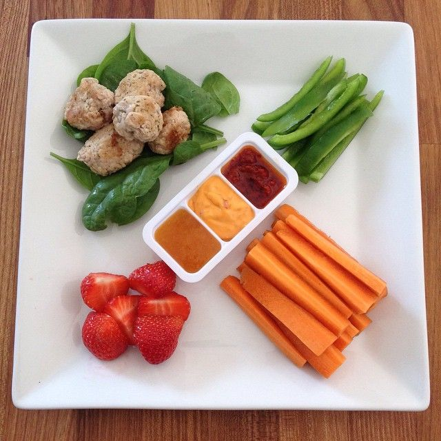 Chicken meatballs pebers strawberries and carrots. Dip:  Orange/ginger sauce  Chili mayo Chili oil  Kcal 250 kcal  Kylling boller peberfrugt jordbær og gulerødder. Dyppelse:  Appelsin/ingefær marinade Chili Mayo Chili olie  250 kcal  #Denmark #Aalborg #Copenhagen #instafood #foodshare #dinner #healthyfood #lowcarb #fit #fitfam #fitfamdk #fitmom #family #lifestyle  #sundhed #diet #diæt #weightloss #vægttab #sundhed #funwithfood #eatclean #eatinghealthy #inspiration #motivation #protein…
