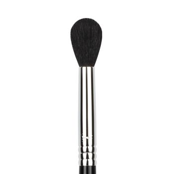 E40 - Tapered Blending - Recommended Use: Using just the tip to apply color, sweep back and forth through the crease for a diffused and blended finish.