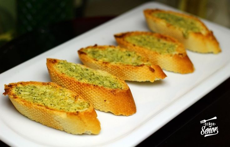 El pan de ajo casero es una de las recetas más chulas que conozco y más fáciles de hacer. Soy un apasionado del pan de ajo del Pizza Hut, muchos de vosotros lo conoceréis, está de muerte. Para ello...