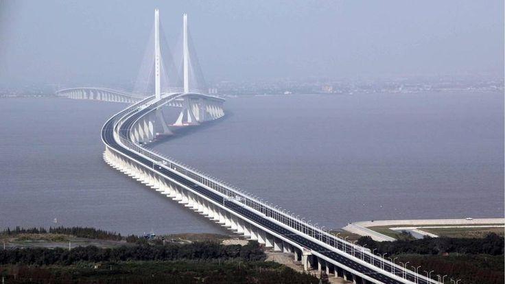 Die Shanghai Yangtse River Bridge verbindet seit 2009 die Stadt Shanghai mit zwei ihrer größten vorgelagerten Inseln. Die Brücke ist insgesamt 16,5 Kilometer lang und in beide Richtungen dreispurig befahrbar. Die Baukosten für die Brücke und den daran anschließenden Tunnel werden auf 1,7 Milliarden Euro geschätzt. Die Bauzeit betrug vier Jahre.