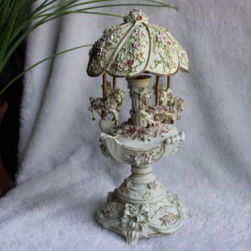 Kolotoč kůň Music Box Vejce 10,25 & quot;  H, keramické Resin Pink Lavender Roses & Blue Ribbon, klasická hudba nehraje správně