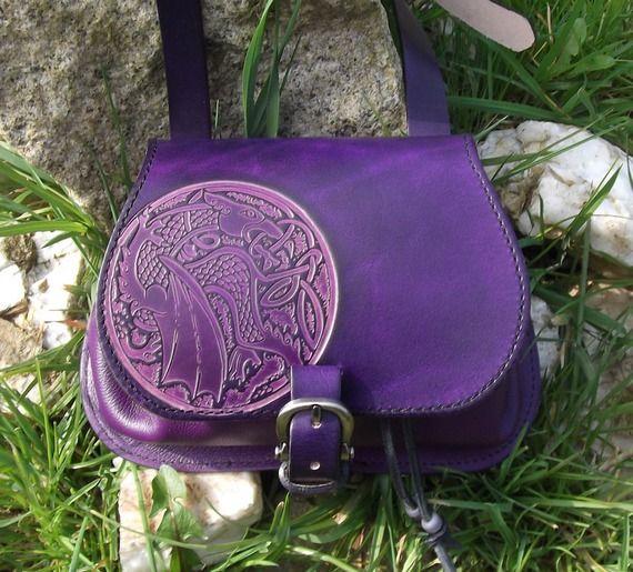 Sac à main artisanal en cuir violet , décor dragon celtique