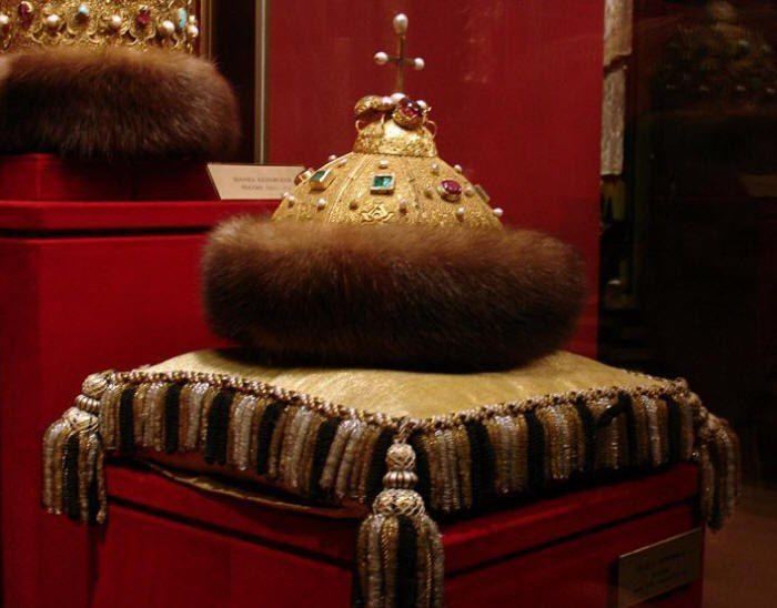 """Шапка Мономаха.Первоначально это была шапка-тюбетейка, сделанная из искусно спаянных золотых проволочек. Позднее она подверглась доработке московских мастеров. Вероятно, ее подарил в знак благоволения хан Золотой орды Узбек московскому правителю Ивану Калите. В завещании именно этого князя впервые встречается """"шапка золотая"""", с которой отождествляется шапка Мономаха."""
