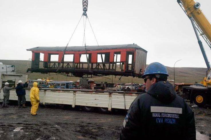 Vagones de tren van de Río Turbio a Trevelin para ser restaurados http://www.ambitosur.com.ar/vagones-de-tren-van-de-rio-turbio-a-trevelin-para-ser-restaurados/ En horas del mediodía del viernes 7 de noviembre en el predio de talleres centrales y abastecimiento de YCRT, se procedió a la carga en camiones de los coches de pasajeros del antiguo tren para llevarlos a reparar a la provincia de Chubut.     La tarea es en el marco del convenio
