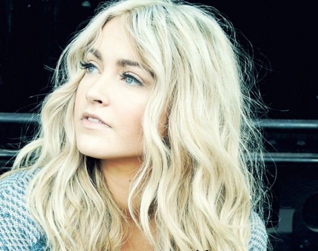 Effortless effort hair for Fall - it's easy with loose waves and rose highlights!