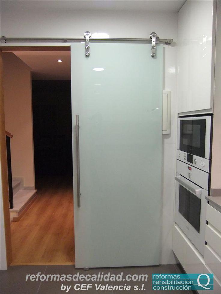 """Puerta de cristal """"colgada"""", ideal para cuando es complicado insertar en el tabique  el espacio necesario para el deslizamiento de la puerta por el interior de éste."""