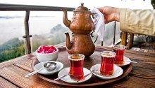 Çoğumuz, suyu ateşe koyar; bol kaynattıktan sonra boca ederiz çayın üzerine.. Bu yöntemin çayı haşlayarak faydalı antioksidanları yok etmekten başka bir işe yaramadığı uzun yıllardır söyleniyor.