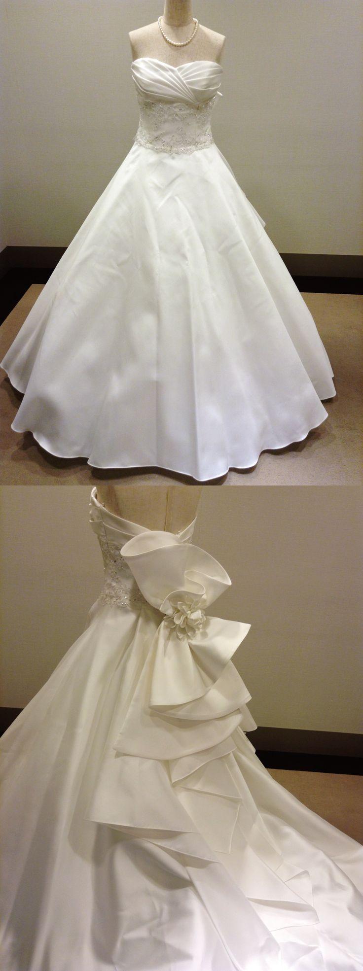 【新作ドレスが入荷しました!】江坂店/ウエディングドレス「Beata(ベアータ)」。ハリのある、重厚感たっぷりのミカド素材で作り上げた、Aラインのドレス。ウエストはシャンテリーレースに繊細なビーディングをしっかりとあしらい、メリハリのあるデザインが体をより細く綺麗に見せてくれます。ハートカットが大人の女性らしさをプラスして、より一層上品に。モチーフにはダリヤのコサージュが1輪添えられており、他にはないお洒落な衣裳をお探しの花嫁様におすすめです。