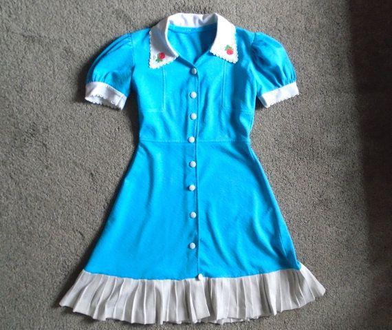 jaren 1960 lichte blauwe jurk met aardbei opgestikte door KawaiiKave