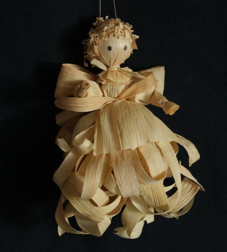 Velký anděl z kukuřičného šustí Figurka anděla vyrobená z běleného kukuřičného šustí. Dekorační figurka je určena k zavěšení. Výška figurky cca 20 cm Cena je za 1 ks