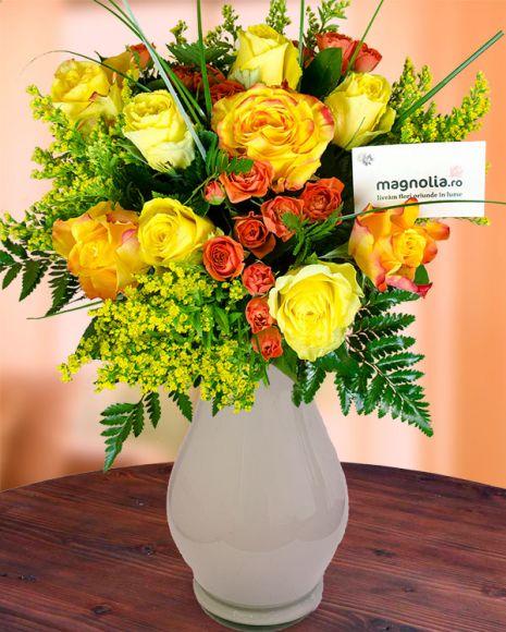 Buchet galben-auriu cu flori de vara.   Yellow flower bouquet