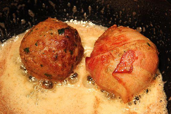Hoe konden ze zolang ontbreken, een heerlijke Nederlandse gehaktbal. Deze basis voor gehaktballen zullen in veel recepten later nog gebruikt worden. Denk aan saucijzenbroodjes, broodjes, pasta's, soepballen, hamburgers etc. Maar voor het zover is gaan we nu aan de slag met een gewone lekkere bal gehakt! Laat het smaken!