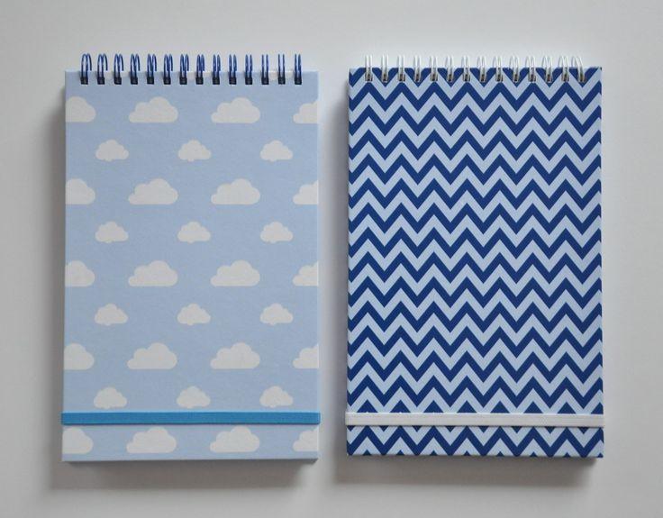 Zápisníky - chevron a obláčky Ručně vyrobené zápisníky s originálním grafickým motivem na obálce tištěné sítotiskem. Velikost 13x20cm. V provedení: a) chevron ve světle a tmavě modré - bílá spirála - bílá gumička b) obláčky na světle modrém podkladu - modrá spirála - tyrkysová gumička Obsahují 80 čistých listů gramáže 90, bílé barvy. Jsou svázané ...
