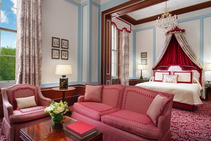 Showcasing a spa center and hot tub, The Lanesborough is located in the Westminster Borough neighborhood in London, just half a kilometer from Buckingham Palace. The hotel has a sauna and fitness center, and guests can enjoy a meal at the restaurant. Free WiFi is featured throughout the property and private parking is available on site.