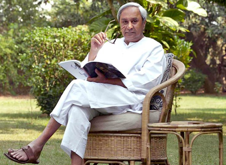 Naveen's struggle with Odia language is well known and has been ever talked about or criticized since the time he took the political plunge. Patnaik, fondly referred to as Pappu by his family and friends, dons a white kurta and slippers for his routine wear; his sense of simple fashion is well familiar with all.