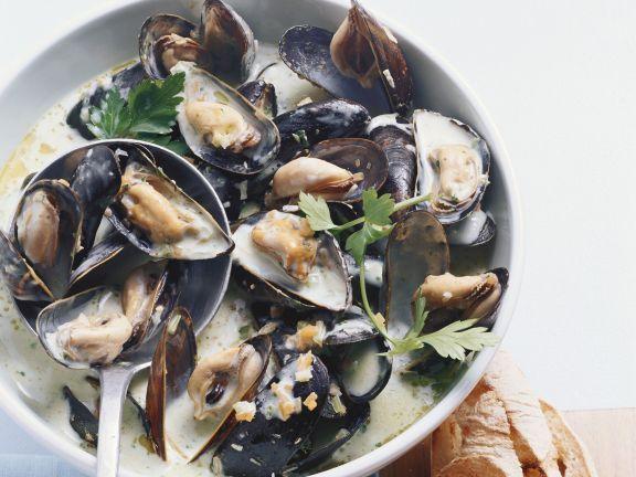 Miesmuscheln mit Weißwein und Petersilie ist ein Rezept mit frischen Zutaten aus der Kategorie Muscheln. Probieren Sie dieses und weitere Rezepte von EAT SMARTER!