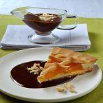 Crostata con salsa di cioccolato amaro