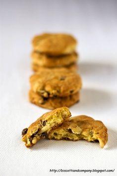 Oggi vi propongo dei biscotti di una semplicità imbarazzante, ma come spesso accade le cose semplici sono anche le più buone, e fidatevi di me quando vi dico che questi biscottelli rustici sono buoni davvero. La lista degli ingredienti è veramente breve, perciò è importante che siano di buona qualità per una riuscita perfetta. Non...