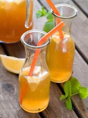 Iste   Oppskrift 1 l vann 2 ss sort te 1/2 dl brunt sukker 1/2 dl nypresset saft av økologisk sitron 1 økologisk sitron i båter eller skiver 1 håndfull sitronmelisse Kok opp 5 dl vann i en gryte. Tilsett te og la den trekke i 5 minutter. Sil vekk tebladene, og bland med sukker. La det avkjøle, og rør om slik at sukkeret smelter. Bland med resten av vannet og sitronsaften og sett det i kjøleskapet. Server med isbiter, sitronbåter- eller skiver og sitronmelisse.