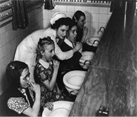 Πριν εφευρεθούν οι οδοντόκρεμες μέντας, οι άνθρωποι χρησιμοποιούσαν κάρβουνο, χυμό λεμονιού, στάχτη ή καπνό ανακατεμένο με μέλι. Η πρώτη εμπορική οδοντόκρεμα έγινε το 1873! E-Dentistry