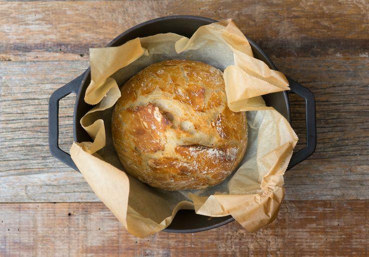Magic homemade bread / Brood bakken is toch een ontzettend ingewikkeld ambacht? Not anymore. Dit magische, eenvoudige recept toont je de truc voor een zelfgebakken brood.