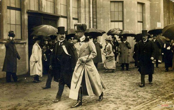 W czapce huzarów - to była elitarna jednostka armii cesarskiej. Koszary miała w Gdansku.1913, Pruski następca tronu - książę Wilhelm, podczas zwiedzania Wystawy Stulecia. Perełka z priv kolekcji <3