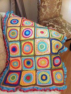 Oi Gente Que tal aproveitar esse inverno, buscar restos de lã em sua casa ou comprar algumas promoções de lã e iniciar uma linda colcha colorida, aproveitando o momento para desenvolver a sua criat…