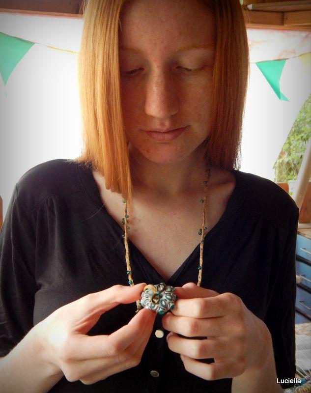 Tajemný slunovrat - amulet Ručně vinutý autorský donut, na hedvábné šňůře ručně pošité drobnými skleněnými a kovovými korálky. Amulet na oslavu života.