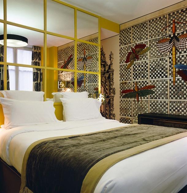 Зеркала в интерьере.Комната в гостинице Bellechasse, дизайнер Кристиан Лакруа.