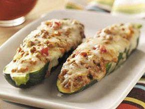 Gevulde courgette met gehakt, kaas en allerlei kruiden: 1 uurtje garen in de oven op 160 graden.