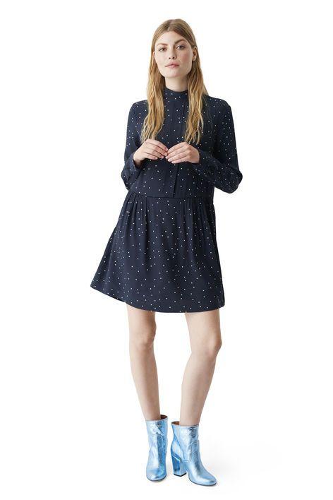 Løs kjole med drapering, lange ærmer og høj hals  skåret fra mønstret print-crepe. <br /><br />Modellen er  175cm høj og iført en størrelse small/ 36.