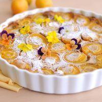 Taart van perzik en abrikoos met lavendel
