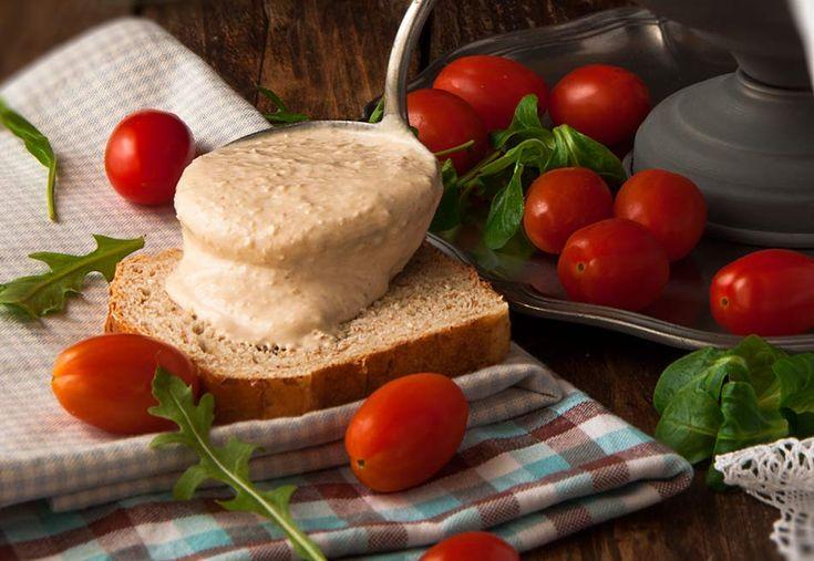 Esta salsa la vi en el blog de Sonia L´Exquisit y me pareció tan tentadora que no tardé en hacerla. Fue un amor a la primera cata, absolutamente deliciosa, impresionantemente rica, una salsa para tener en cuenta. Ideal para acompañar ensaladas, utilizar de base en canapés, sandwichs, relleno de huevos, tomates, MA RA VI LLO …