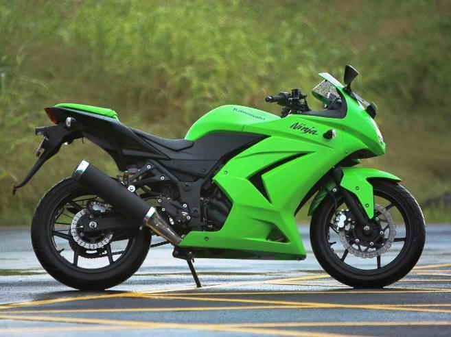 kawasaki ninja 250R; the bike is tied for my dream bike