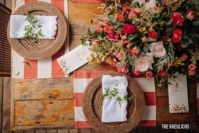 Relembrando esse casamento lindo à beira mar da Buana & Daniel! ❤️ decor @renatastabiledecor flores #comquefloreuvou foto @the_kreulichs #wedding #casamentonapraia #casamento #noiva #festa #flores #flowers #arranjofloral #flowerarranging