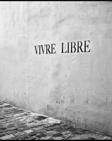 """""""Libertè"""" è una poesia di Paul Eluard, tratta dalla raccolta """"Poesia e verità"""" del 1942. Si tratta di un un vero e proprio inno alla libertà. Visto il periodo storico in cui fu scritta (durante la seconda guerra mondiale) in molti le hanno conferito una duplice matrice: una di tipo esistenzialistico e l'altra di tipo politico-ideologico. Io l'ho riproposta su #Intertwine perché l'ho letta una settimana fa e l'ho trovata molto bella e significativa. Voi che ne pensate?…"""