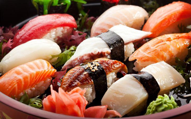 Японцы знают, что суши - это несколько разных блюд, но в западных странах такое название закрепилось за комочком риса, покрытым куском сырой рыбы.