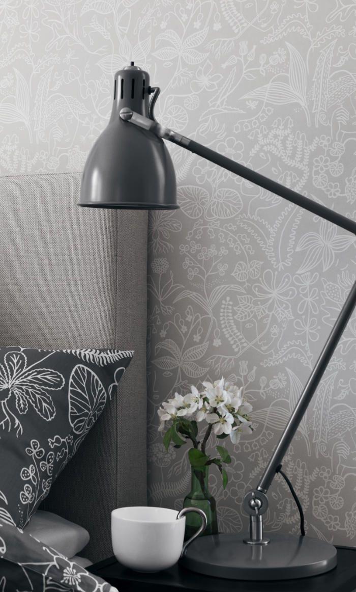 Un dormitorio empapelado con papel pintado gris