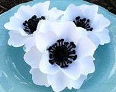 Бумажные цветы - Свадьбы - партия выступает - белый W / черные центры -custom Цвета в наличии - набор из 50