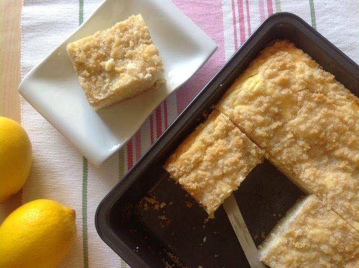 VÍKENDOVÉ PEČENÍ: Jogurtový koláč s tvarohem a mandlovou drobenkou