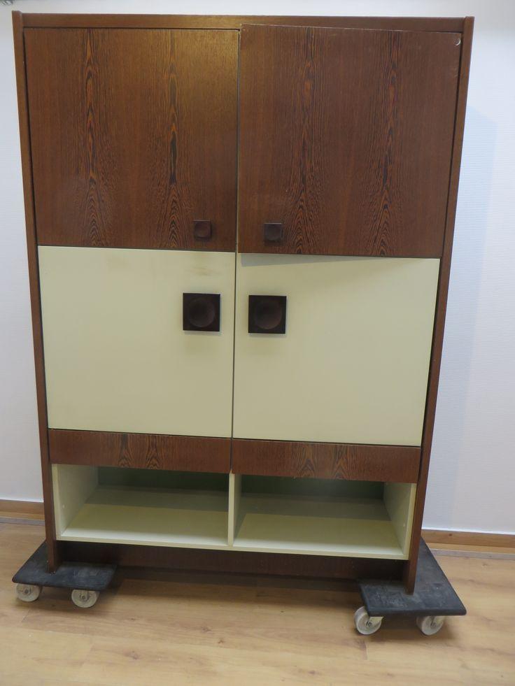 Mooie jaren 70 kast met 4 deurtjes en 2 laden. Breed 1.38, diep 0.45 en hoog 1.93 cm. Bruin/cremekleurige kast met houten vierkante knoppen.