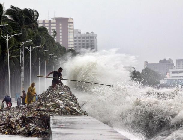 Strandgut  1. August 2012. Berge von Müll spült der Taifun Saola, der allein auf den Philippinen mindestens zwölf Menschen getötet und 154.000 obdachlos gemacht hat, an die Küsten. Ein Mann hält am Roxas Boulevard in der Hauptstadt Manila Ausschau nach Brauchbarem