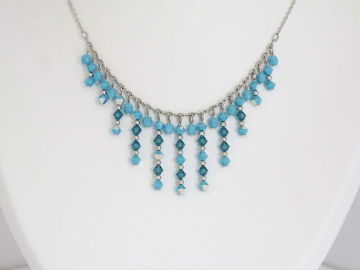 Ras du cou turquoise en toupies de cristal Swarovski et perles en verre de bohème : Collier par oana-bruz