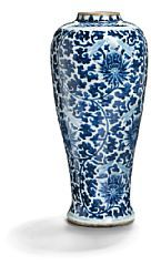 857/189 - Slender Ming porcelain vase decorated in underglaze blue with lotus scroll decoration. Ming 1368-1644. H. 47 cm
