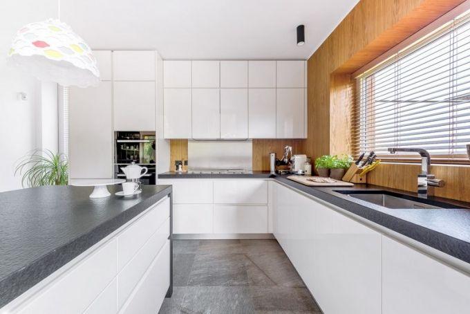 Kuchyň Schüller je zhotovena z MDF desky lakované do vysokého lesku. Je vybavena vestavnými spotřebiči Miele, kde je indukční varná deska, tepan yaki, konvektomat i parní trouba