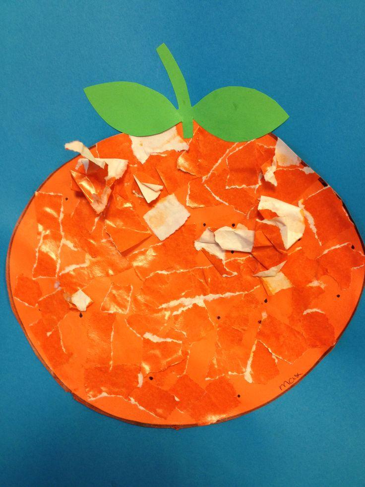 Sinaasappel. Laat de kinderen zelf de stukjes scheuren en opplakken.